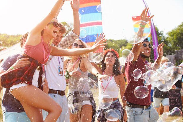 Männer und Frauen haben Spaß auf einem Festival