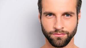 Männerhaut entwickelt auch nach der Pubertät oft noch Mitesser