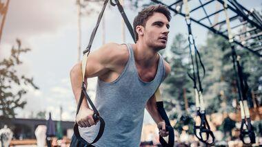 Mann beim Training im Outdoorgym