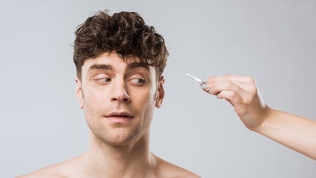 Mann bekommt Haare gezupft