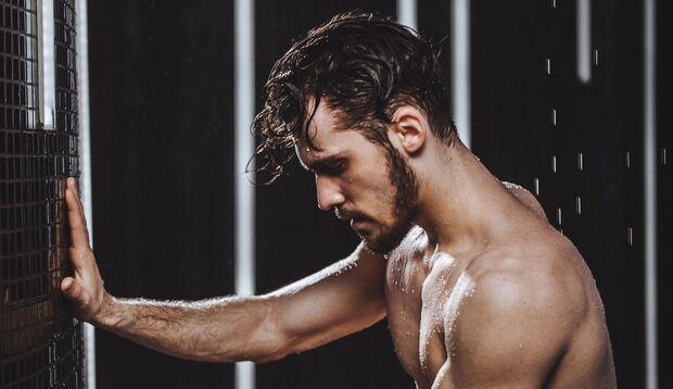 Mann duscht nach dem Training