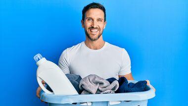 Mann freut sich aufs Wäsche waschen