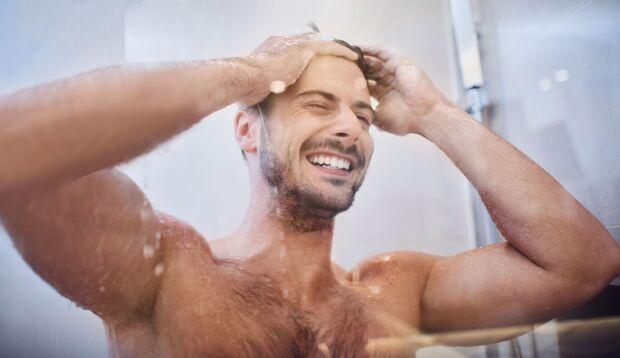 Mann hat gute Laune beim Duschen