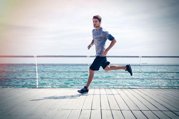 Mann läuft am Meer