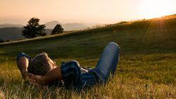 Mann liegt entspannt in der Hängematte
