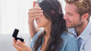 Mann macht Frau einen Antrag oder zeigt ihr Verlobungsring