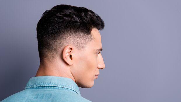 Mann mit gefärbten Haaren