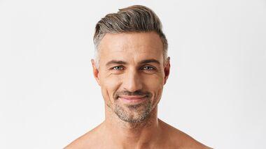 Mann mit grauen Haaren