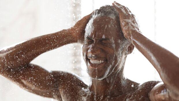 Mann wäscht sich die Haare