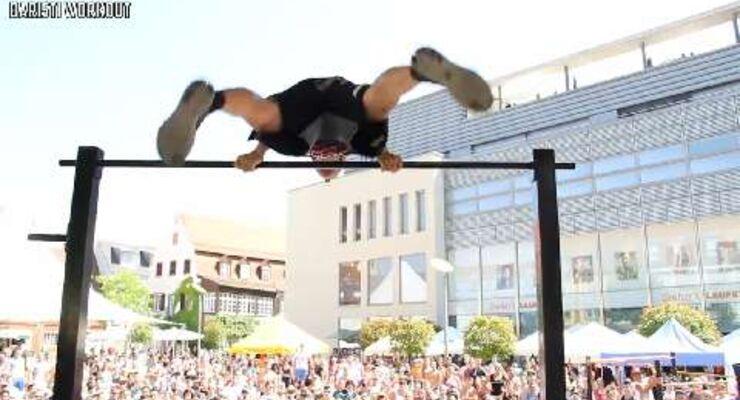"""Manuel Arnold aus Deutschland performt an der Klimmzugstange unter anderem """"Switchblade Musle Ups"""", """" Bent Arm Plance"""", """"Explosive Pull-Ups"""" und """"Back Lever"""". Am Boden zeigt Arnold """"Super Man Push-Ups""""."""
