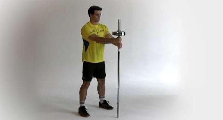 Matthias Flohr muss in jedem Duell seinen Mann stehen. Um sich durchzusetzen und den Gegner abzuschütteln, braucht er einen robusten, stabilen Oberkörper. Dafür trainiert der Handballer Rumpfdrehen mit Langhantel.<br /> <br /> A) Hantelstange nur auf einer Seite mit Gewicht bestücken, mit der anderen Seite auf den Boden stellen. Oben mit beiden Händen greifen, Sie stehen hüftbreit einen halben Meter dahinter.<br /> B) Den Rumpf zur Seite drehen, bis das Gewicht neben Ihnen ist. Behalten Sie die Stange dabei die ganze Zeit im Blick. Zurück, Seiten wechseln.