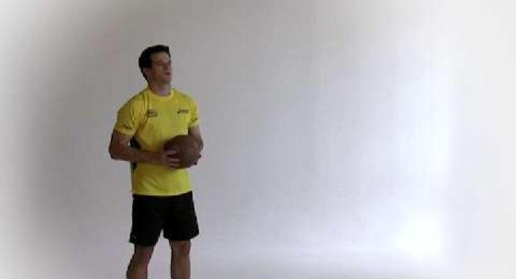 Matthias Flohr muss in jedem Duell seinen Mann stehen. Um sich durchzusetzen und den Gegner abzuschütteln, braucht er einen robusten, stabilen Oberkörper. Den trainiert er mit Medizinballwurf aus dem Stand.<br /> <br /> A) Aufrecht, hüftbreit und mit 2 Metern Abstand vor eine Wand stellen. Halten Sie den Ball mit den Händen hinterm Kopf, bereit zum Abwurf.<br /> B) Werfen Sie den Ball explosiv über Kopf nach vorne. Beim Abwurf leicht auf die Zehenspitzen gehen. Ball auffangen, dann wieder von vorne.