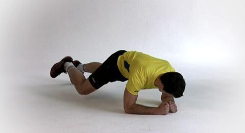 Matthias Flohr muss in jedem Duell seinen Mann stehen. Um sich durchzusetzen und den Gegner abzuschütteln, braucht er einen robusten, stabilen Oberkörper. Den trainiert er zum Beispiel mit Unterarmstütz.<br /> <br /> A) In die Bauchlage gehen, Füße schulterbreit auseinander. Dann auf die Unterarme und die Zehenspitzen stützen. Spannen Sie dabei alle Muskeln an, um den Körper oben zu halten.<br /> B) Ein Bein heben und nach vorn ziehen. Halten Sie das Bein 5 Sekunden lang flach über dem Boden, ohne es abzusetzen. Dann zurück in die Ausgangsposition und die Seiten wechseln.