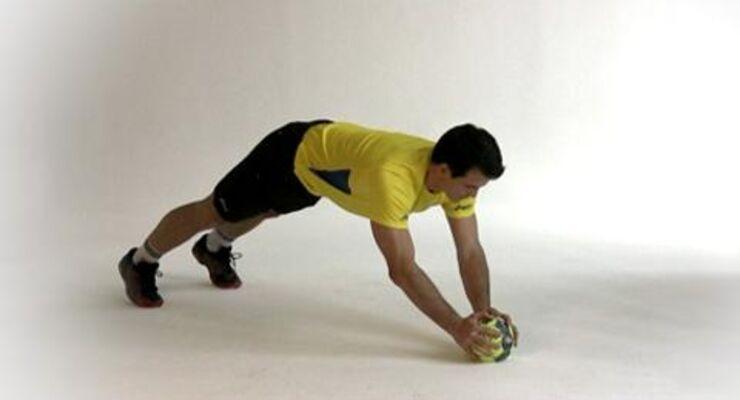 Matthias Flohr muss in jedem Duell seinen Mann stehen. Um sich durchzusetzen und den Gegner abzuschütteln, braucht er einen robusten, stabilen Oberkörper – den garantieren diese Kraftübungen. <br /> <br /> A) Auf alle viere gehen und mit den Händen auf einen Handball stützen, der etwa auf Schulterhöhe liegt. Die Füße schulterbreit auseinander, auf die Zehenspitzen stellen. Der Körper bildet eine Linie.<br /> B) Senken Sie den Körper, bis die Brust den Ball fast berührt. Am tiefsten Punkt kurz verharren, dann langsam zurück in die Startposition drücken. Die Arme bleiben auch danach leicht angewinkelt.