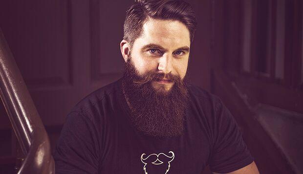 Mike, Geschäftsführer von blackbeard, macht sein Baröl selber