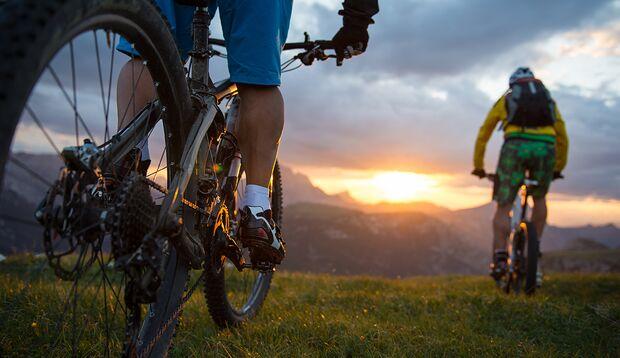 Mikro-Abenteuer: Mit Mountainbikes auf einen Berggipfel