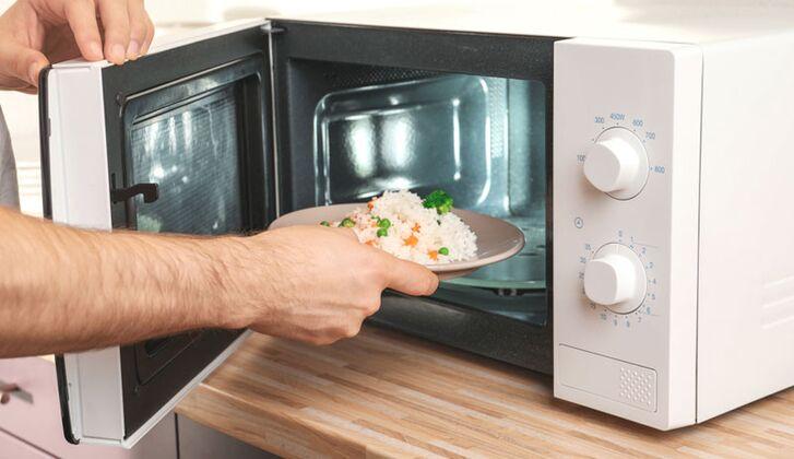 So gelingen gesunde Mikrowellen-Essen - MEN'S HEALTH