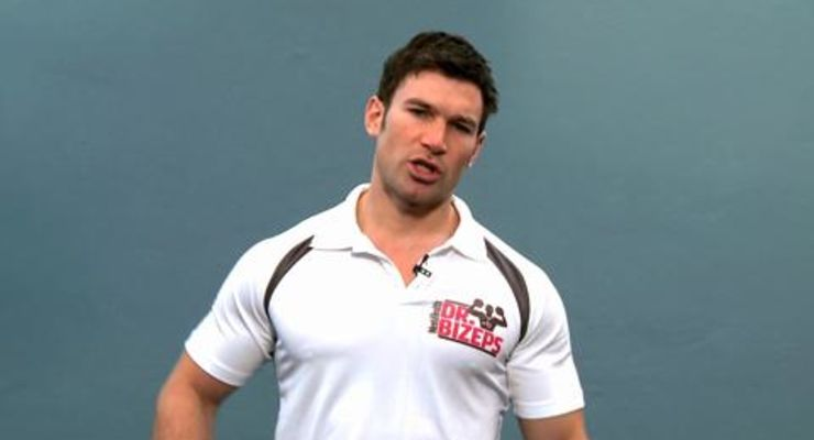 Mit Crunches können Sie nicht nur Ihren Bauch trainieren, sondern auch Rückenschmerzen vorbeugen. Mehr Know-How zu Crunches gibt's von Moritz Tellmann im Video.