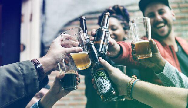 Mit Freunden trinkt man gerne mal das ein oder andere Bier. Passiert das regelmäßig, riskieren Sie zahlreiche Herzerkrankungen