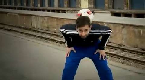 Mit dem Neck Stall (Ball im Nacken halten) können Sie auf jedem Platz Eindruck schinden. Fußball-Freestyler Florian Halimi zeigt Ihnen im Video-Tutorial, wie Sie ruckzuck den ersten Freestyle-Trick Ihres Lebens lernen