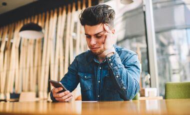 Mit dem Smartphone quatschen, mailen, chatten – das schwächt nicht nur den Akku, sondern auch deine Gesundheit