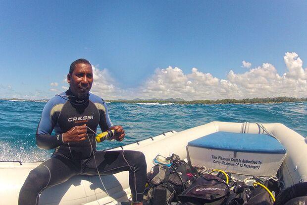 Mit einem Schlauchboot geht's in wenigen Minuten zum Tauchspot vor Mauritius
