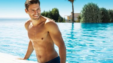 Mit einem flachen Bauch fühlt man sich im Pool oder am Beach gleich viel wohl