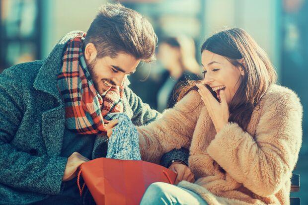 Mit einem guten Flirt-Spruch bringen Sie die Frau zum Lachen