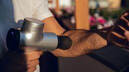 Mit einer Massagepistole beschleunigst du die Regeneration deiner Muskeln