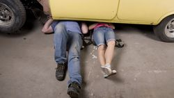 Mit unserem TÜV-Selbstcheck können Sie selbst Hand ans Auto legen