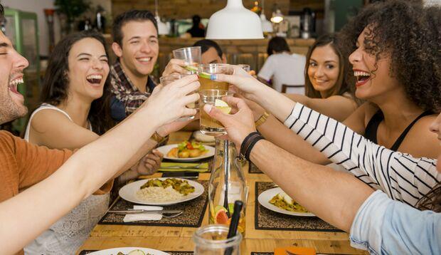 Mit wenigen Tricks, ein reicht gedeckter Tisch und glückliche Gesichter