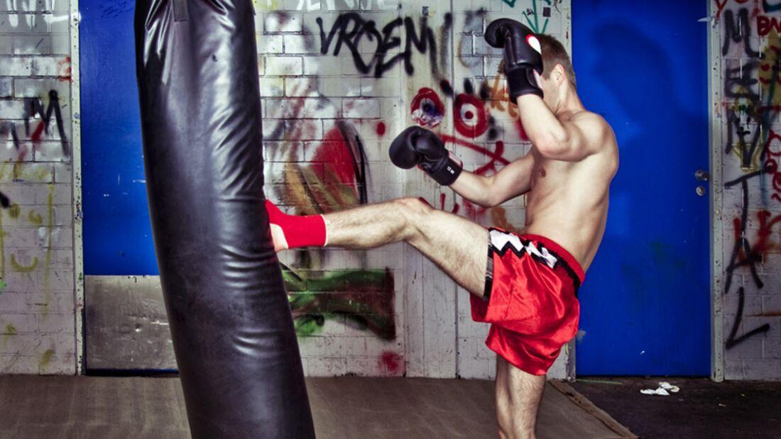 Muay Thai Kämpfer beim Training mit dem Boxsack