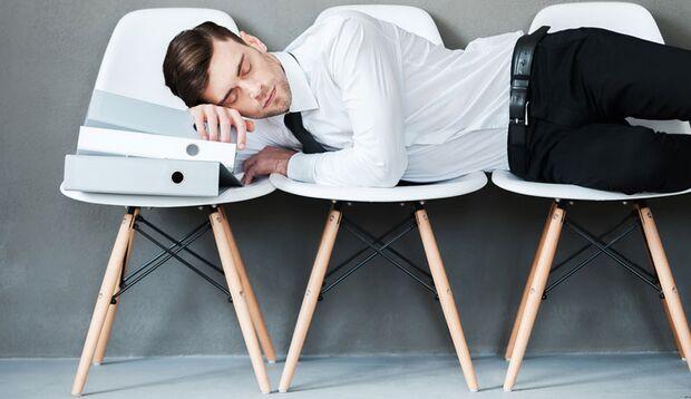 Müde am Arbeitsplatz? Machen Sie ein Nickerchen