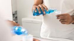 Mundspülungen können die Zahngesundheit enorm steigern, und durch Viren ausgelöste Krankheiten reduzieren