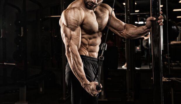 Muskulöser Mann am Kabelzug