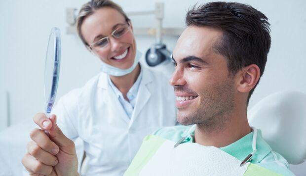 Nach der Zahnreinigung sind die Zähne wieder strahlend weiß