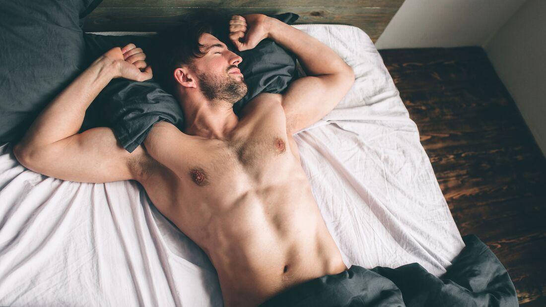 Nackt schlafen mindert Stress fühlt sich gut an. Probieren Sie's aus.
