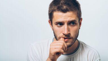 Nägelkauen ist oft stressbedingt. Suchen Sie sich eine andere Entspannungsmethode!