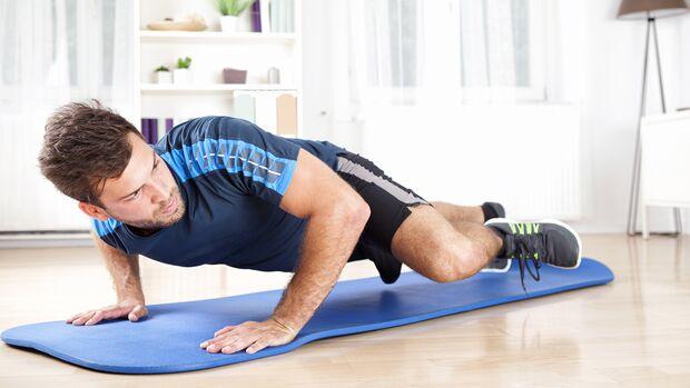 Nicht nur beim Yoga, sondern auch für jedes Bodyweight-Workout ist eine sichere Trainingsmatte absolut empfehlenswert