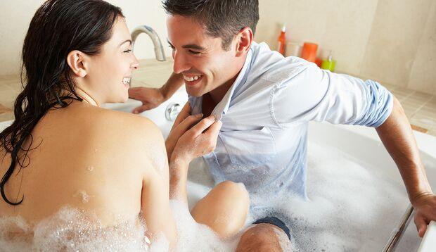 Nicht zu viel Wasser einlassen – immerhin sollen Sie noch samt Begleitung in die Badewanne passen