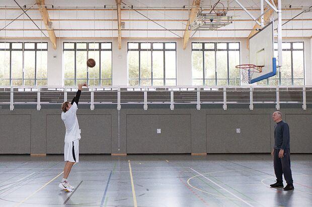 Nowitzkis Karriere beginnt in einer Schulturnhalle in Würzburg und endet an der Weltspitze des Basketballs