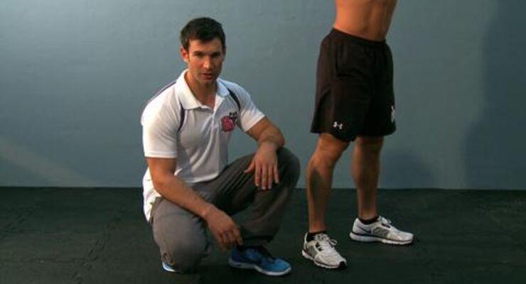 Nur mit einer sauberen Kniebeuge fordern Sie über 400 Muskeln. Unser Experte erklärt in dieser Videoanleitung, auf welche Details Sie bei der Ausführung des Klassikers achten sollten