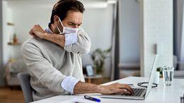 Nur weil du husten musst, heißt das nicht automatisch, dass du mit Coronaviren infiziert bist. Könnte auch eine Influenza oder Erklältung dahinter stecken