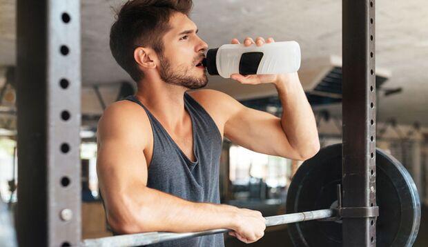 Nur wer richtig trinkt, bleibt beim Sport auch leistungsfähig