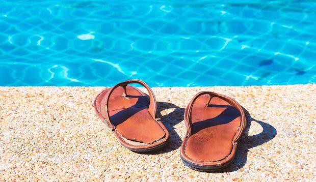 Ob am Pool oder unter Dusche im Fitnessstudio: Badelatschen verhindern Nagelpilz