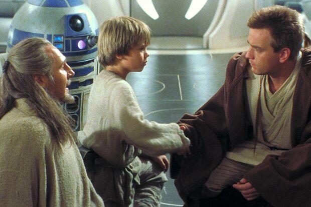 Obi-Wan Kenobi (Ewan McGregor, rechts) trifft den kleinen Anakin (Jake Llloyd)