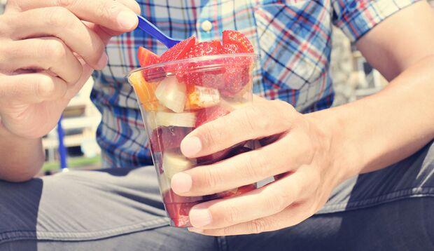 Obst essen statt Smoothie trinken, denn das soll gesünder sein