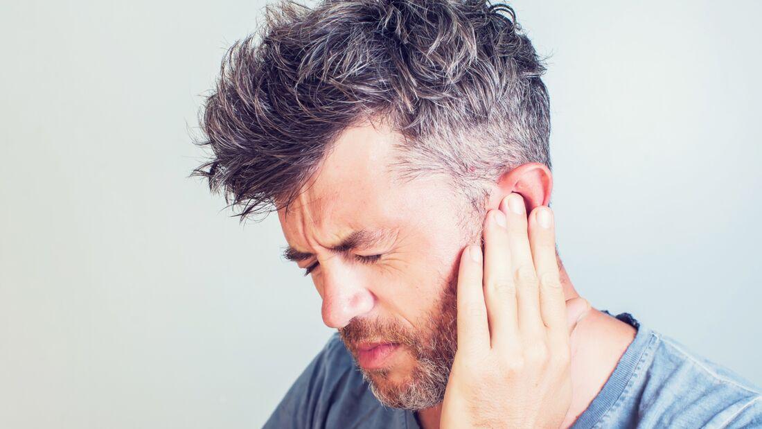 Ohrenschmerzen sind vielseitig: sowohl die Ursachen als auch die Schmerzen selbst. Nicht immer liegt der Auslöser im Ohr selbst.