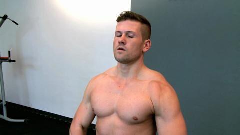 Ordentlich Nacken draufpacken! Wir zeigen Ihnen, welche 3 Übungen unverzichtbar sind, um einen massiven Nacken zu trainieren
