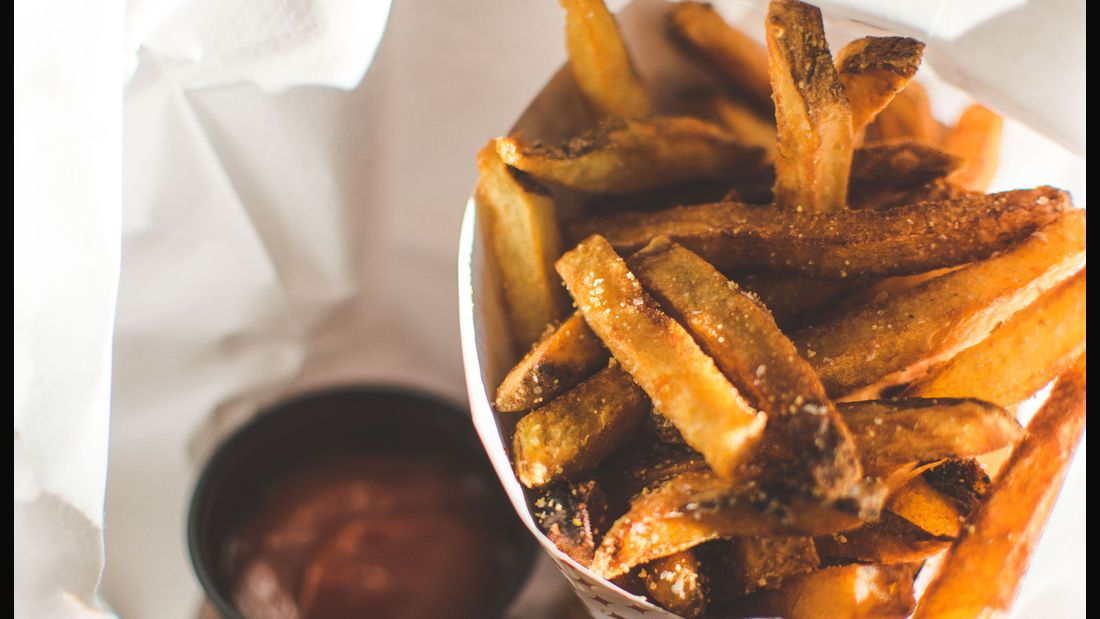 Pommes aus der Fritteuse enthalten fast nur Fett und schnelle Kohlenhydrate